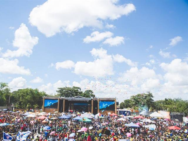 En utomhusfestival och besökare